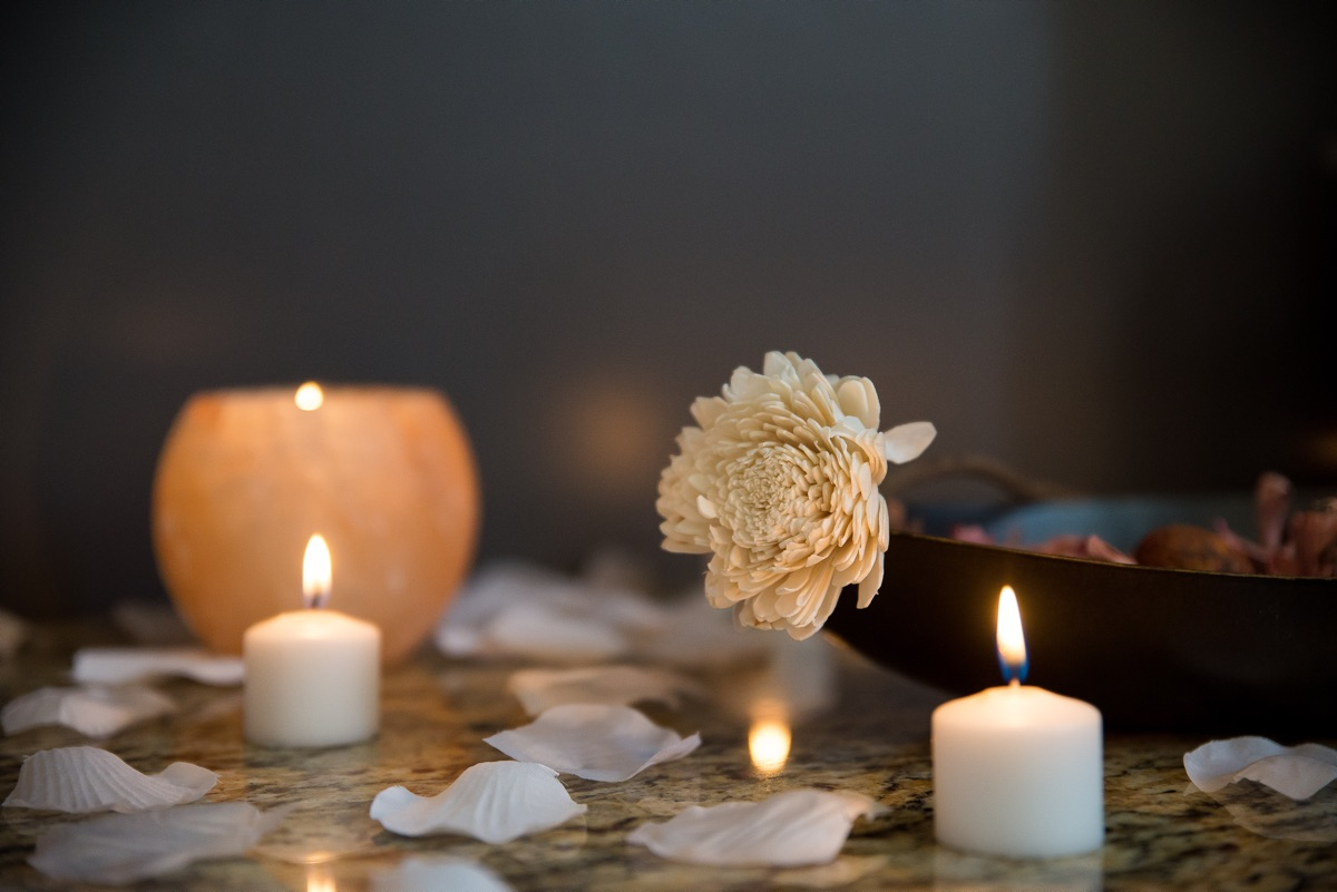 table_flowers_candles